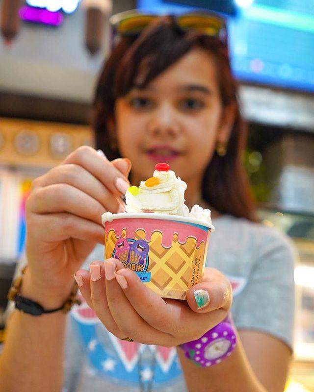 دختر در حال خوردن بستنی جلاتو